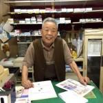 90 tuổi vẫn chưa đóng cửa hàng vì chờ khách đến lấy túi đã quên